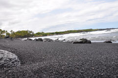 Großer Insel-Schwarz-Sand-Strand, Hawaii Stockfotografie