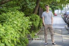 Großer Kerl, der auf der Straße steht Stockfoto