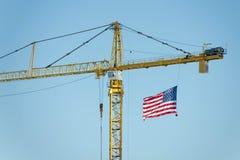 Großer Kran mit amerikanischer Flagge Stockfotos