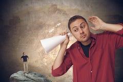 Großer Mann gegen kleinen Mann Lizenzfreies Stockbild