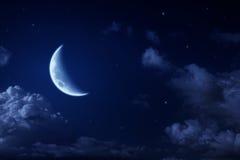 Großer Mond und Sterne in einem bewölkte Nachtblauen Himmel Lizenzfreie Stockfotografie
