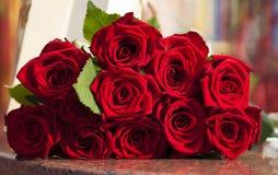 Großer Rotrosenblumenstrauß Stockbild