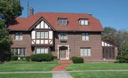 Großes altes Englisch Tudor Style Home Lizenzfreie Stockbilder