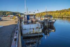 Großes altes rostiges Stahlboot Stockbilder