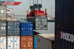 Großes Containerschiff am Containerbahnhof Altenwerder in Hamburg Stockfotos
