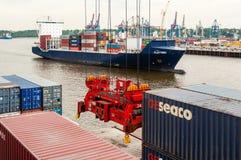 Großes Containerschiff am Containerbahnhof Altenwerder in Hamburg Stockfoto
