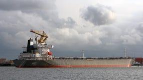 Großes Containerschiff entladen in Hafen von Rotterdam Lizenzfreie Stockfotos