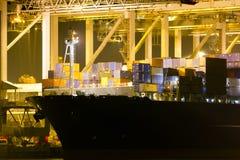 Großes Containerschiff im Hafen Lizenzfreies Stockfoto