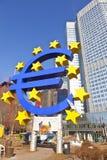 Großes Eurozeichen und Fahne ließen uns über Zukunft sprechen Lizenzfreie Stockfotos
