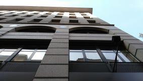 Großes Gebäude mit Fenstern Lizenzfreies Stockfoto