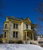 Großes gelbes Haus Stockbilder