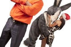 Großes Kaninchen, das mit nettem Mädchen flirtet Lizenzfreie Stockfotografie