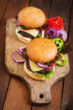 Großes Sandwich - Hamburgerburger mit Rindfleisch, Käse, Tomate Lizenzfreie Stockfotos
