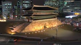 Großes Südtor Kreisverkehre Namdaemun umgeben durch moderne Bürogebäude stock footage