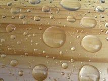 Wassertropfen auf hölzernem Hintergrund Stockfoto