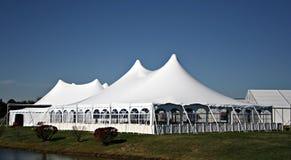 Großes weißes Hochzeits-Zelt Lizenzfreie Stockbilder