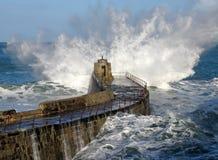 Großes Wellenspritzen auf Portreath Pier, Cornwall Großbritannien. Stockfotografie