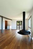 Großes Wohnzimmer mit hölzernem Ofen Lizenzfreie Stockbilder