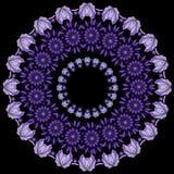 Groetenkaart met een kroon van lilac bladeren en purpere bloemen Stock Foto