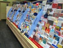 Groetenkaarten in een opslag Stock Foto's