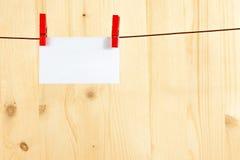 Groetkaart het hangen op houten achtergrond, begroetend concept Royalty-vrije Stock Fotografie