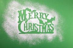 Groetkaart, lege, vrolijke Kerstmis, stencil voor de suiker van het sneeuwvlokkensuikerglazuur op groene achtergrond stock foto