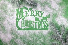 Groetkaart, lege, vrolijke Kerstmis, stencil voor de suiker van het sneeuwvlokkensuikerglazuur op groene achtergrond stock foto's