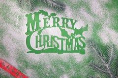Groetkaart, lege, vrolijke Kerstmis, stencil voor de suiker van het sneeuwvlokkensuikerglazuur op groene achtergrond stock afbeelding