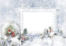 Groetkaart met de bol van de Kerstmissneeuw op vorstachtergrond Royalty-vrije Stock Afbeeldingen