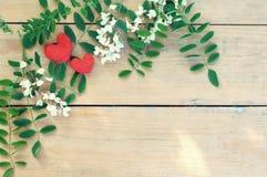 Groetkaart met harten en witte bloemen op houten backgr Royalty-vrije Stock Foto