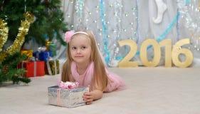 Groetkaart met meisje, gift, nieuwe jaarboom, decoratie stock foto