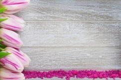 Groetkaart met tulpen en decoratieve stenen Stock Foto's