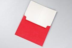 Groetkaart in rode envelop Royalty-vrije Stock Foto's