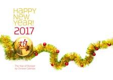 Groetkaart van geel en groen klatergoudkader wordt gemaakt met rode en gouden Kerstmisballen die Royalty-vrije Stock Foto