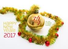 Groetkaart van geel en groen klatergoudkader wordt gemaakt met rode en gouden Kerstmisballen die Stock Foto