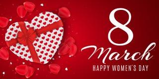 Groetkaart voor 8 Maart Rode giftdoos van hart op de dag van gelukkige vrouwen Lichtrode achtergrond Nam bloemblaadjes en confett Stock Foto