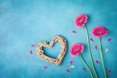 Groetkaart voor Vrouw of Moederdag De lenteachtergrond met roze bloemen, hart en bloemblaadjes vlak leg stijl Hoogste mening Stock Afbeeldingen