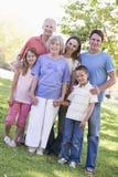 Großfamilie, die in den Parkholdinghänden steht Stockbilder