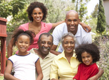 Großfamilie-Gruppe, die im Garten sich entspannt Stockfoto
