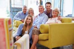 Großfamilie-Gruppe zu Hause, die im Aufenthaltsraum sich entspannt Stockfotografie