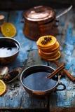 Grog in koperkoppen met kruiden en oranje plakken stock foto