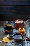 Grog in koperkoppen met kruiden en oranje plakken stock fotografie