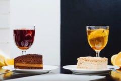 Grog, overwogen rode wijn op een witte achtergrond en overwogen witte wijn op een donkere achtergrond stock foto's