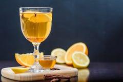 Grog, overwogen witte wijn op een donkere achtergrond met sinaasappel stock foto's