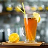 Grogue alcoólico quente do cocktail com fatia de limão e de palhas no gl foto de stock royalty free