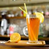 Grogue alcoólico quente do cocktail com fatia de limão e de palhas no gl foto de stock