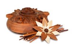 Grolla: houten beeldhouwwerk met bloem Stock Afbeeldingen