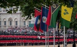 Gromadzący się Colour militarną ceremonię, trzymającą przy Końskimi strażnikami Paraduje świętować królowej ` s urodziny fotografia stock