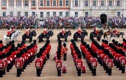 Gromadzący się Colour paradę przy Końskimi strażnikami, Londyński UK, z żołnierzami w ikonowej czerwieni, czerni niedźwiedzie skó obraz royalty free