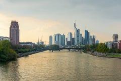 gromadzcy pieniężni Frankfurt linia horyzontu drapacz chmur Fotografia Stock